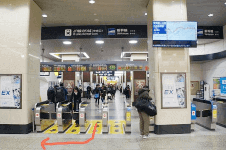 1:JR姫路駅の中央改札口を出て、右(北)へ曲がります