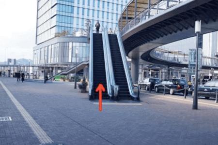 3:エスカレーターで2階へ上がり、連絡橋を進みます。